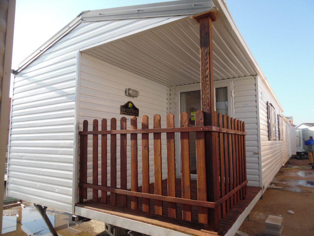 mobil home Seminuevo pero muy nuevo, con porche exterior de madera, marca Irm, de 8,5×4 metros.
